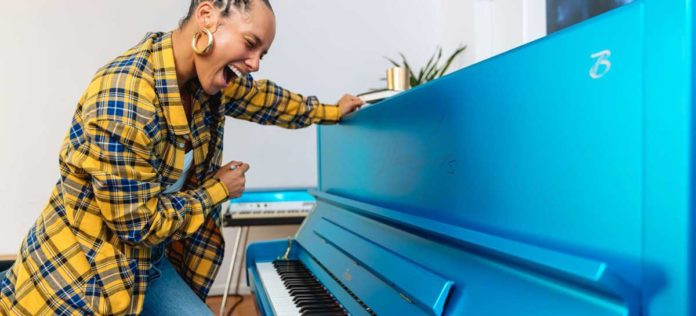 Subastan un piano Boston de Alicia Keys por 38.000 dólares